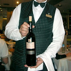 waiter-wine-presentation